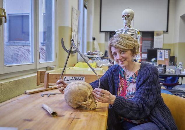 Cristina Cattaneo all'interno del Laboratorio di antropologia e odontologia forense