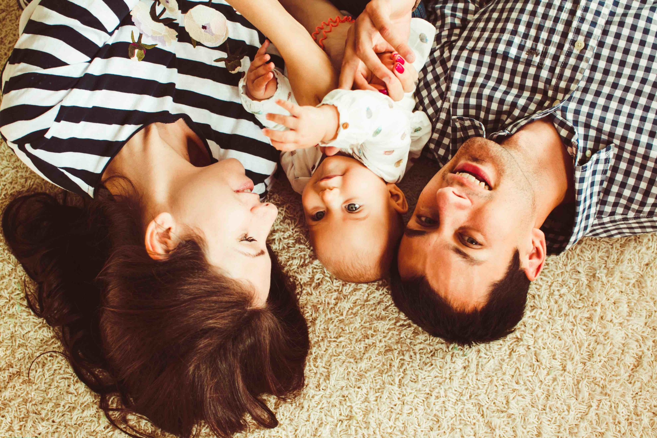 Una famiglia sdraiata sul tappeto