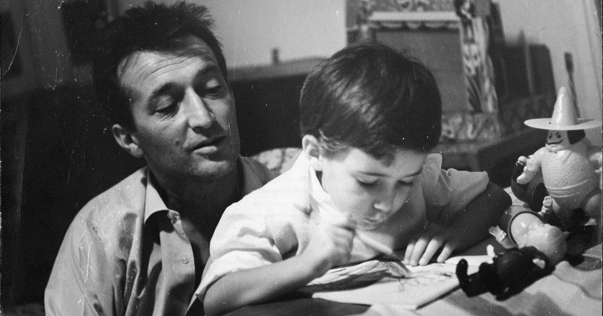Gianni Rodari osserva i disegni di un bambino
