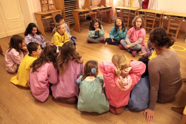 Un gruppo di bambini all'interno di una scuola Waldorf