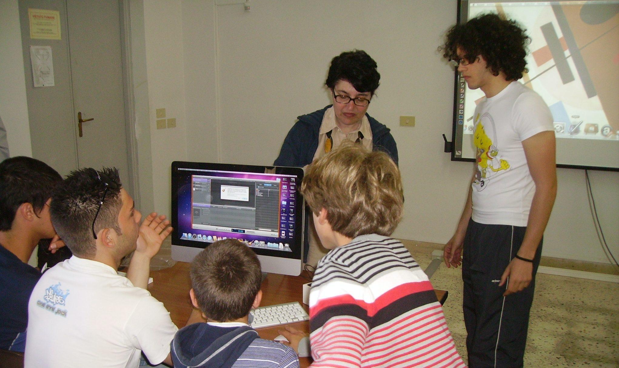 Linda Guarino durante un intervento educativo nella sua scuola a Marettimo
