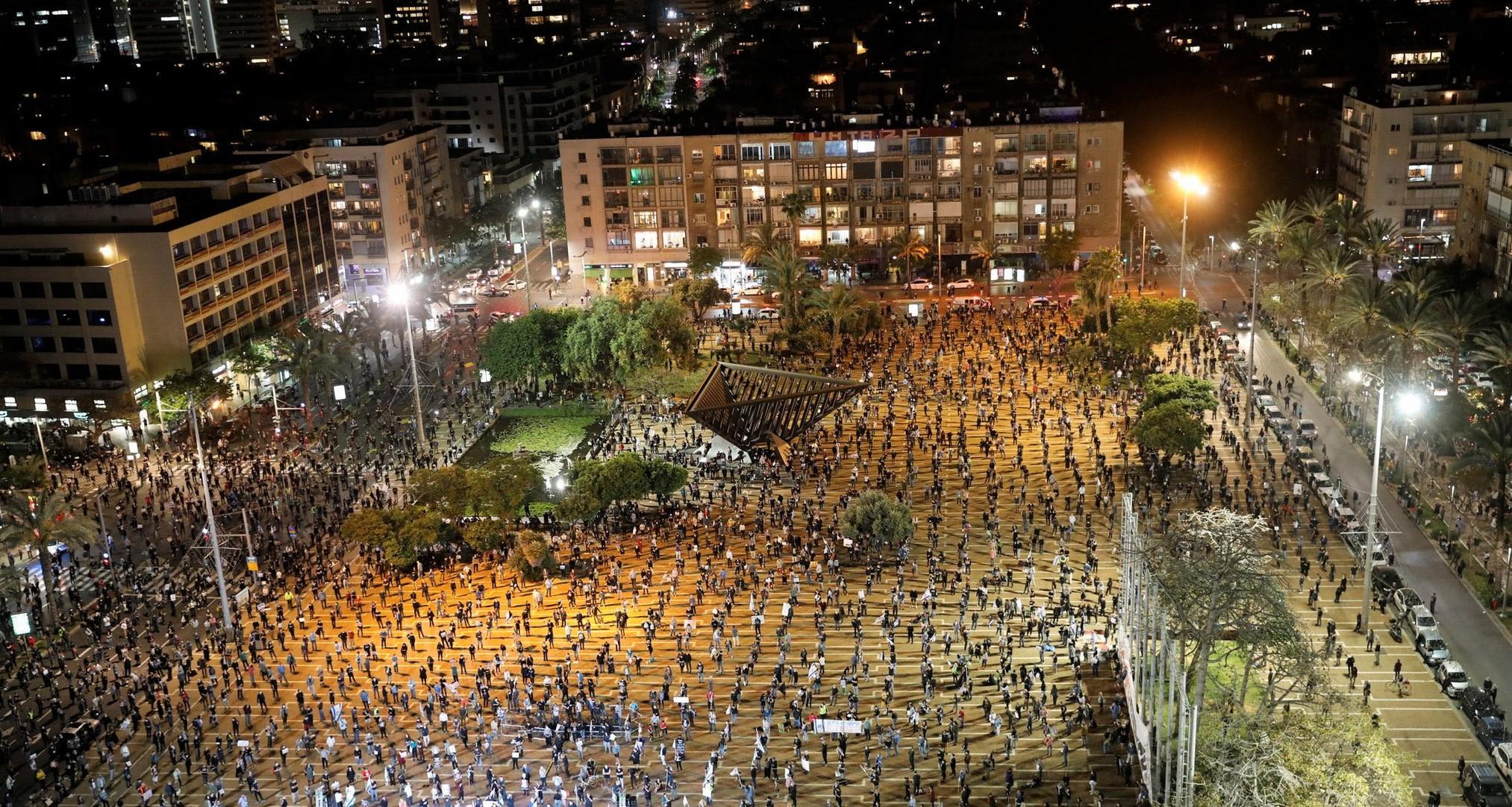 La piazza di Israele con i manifestanti che rispettano la distanza sociale