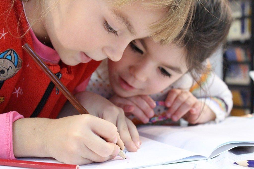 Due bambini studiano insieme